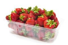 小篓在白色的草莓 免版税库存照片