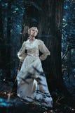 小精灵似的女孩在月光森林里 免版税库存图片