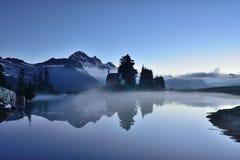 小精灵似的湖早黎明 库存照片