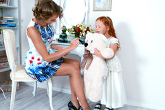 小红发女孩和她的母亲 免版税库存照片