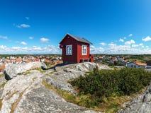小红色小屋在Vrango 免版税库存图片