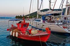 小红色希腊渔船 免版税库存照片
