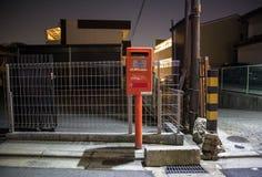 小红色日本岗位箱子在晚上 免版税库存照片