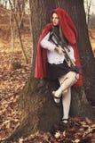 小红骑兜帽等待她的牺牲者 库存图片