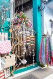 小纪念品店,包括木工艺品,袋子,围巾,一个古镇在北希腊 免版税库存图片