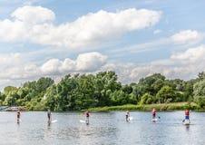 小组一条伟大的河的划独木舟的人在诺威治,英国 库存照片