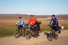 小组一次远足的游人在自行车 库存照片