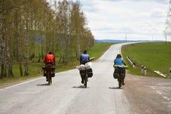 小组一次远足的游人在自行车 免版税库存图片