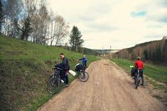 小组一次远足的游人在自行车 免版税图库摄影