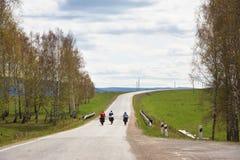 小组一次远足的游人在自行车 库存图片