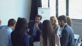 小组一起计划新的战略的商人激发灵感会议成功的混合种族队在证券交易经纪人行情室 股票录像