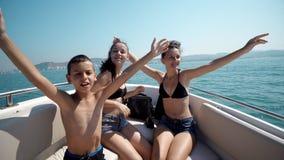 小组一起跳舞在游艇的混合的族种的朋友 库存图片