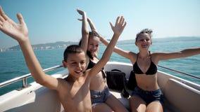小组一起跳舞在游艇的混合的族种的朋友 免版税库存照片