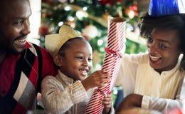 小组不同的人民在圣诞节假日聚集 库存图片