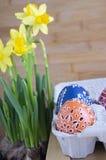 小组与各种各样的蜡状的绘画、小孔和图片的复活节彩蛋在纸蛋盒 免版税库存照片