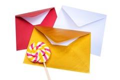 小组与棒棒糖的开放多彩多姿的信封 库存图片