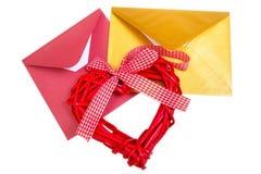 小组与红色木心脏的开放多彩多姿的信封 图库摄影