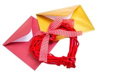 小组与红色木心脏的开放多彩多姿的信封 库存图片