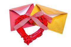 小组与红色木心脏的开放多彩多姿的信封 免版税库存照片