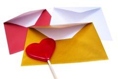 小组与红色棒棒糖的开放多彩多姿的信封 库存图片