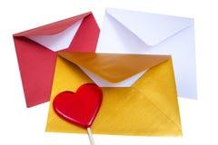 小组与红色棒棒糖的开放多彩多姿的信封 免版税库存图片