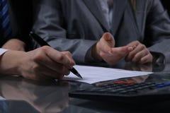 小组买卖人或律师在会议上 低调照明设备 免版税库存图片