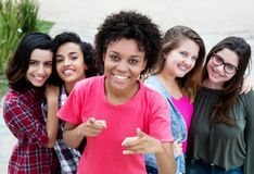 小组五名愉快的年轻妇女 库存图片