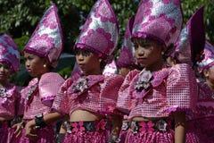 小组五颜六色的椰子服装的女孩参加了街道跳舞 免版税图库摄影