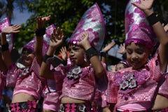 小组五颜六色的椰子服装的女孩参加了街道跳舞 免版税库存照片