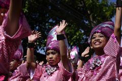 小组五颜六色的椰子服装的女孩参加了街道跳舞 免版税库存图片