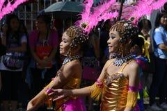 小组五颜六色的椰子服装的女孩参加了街道跳舞 库存图片