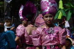 小组五颜六色的椰子服装的女性参加了街道跳舞 库存照片