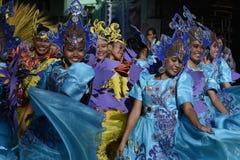 小组五颜六色的椰子服装的女性参加了街道跳舞 库存图片