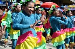 小组五颜六色的椰子服装的女性参加了街道跳舞 图库摄影