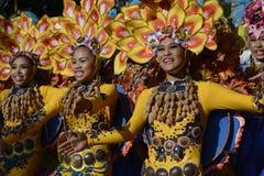 小组五颜六色的椰子服装的女性参加了街道跳舞 免版税图库摄影
