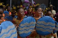 小组五颜六色的椰子服装的街道舞蹈家加入庆祝 免版税库存照片