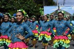 小组五颜六色的椰子服装的街道舞蹈家加入庆祝 图库摄影