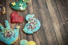 小组五颜六色的自创圣诞节曲奇饼和饼干 免版税库存图片