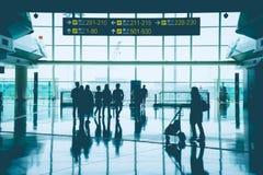 小组亚裔商人、乘客、旅客和走在门字体的小组游人在香港国际机场 免版税库存照片