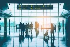 小组亚裔商人、乘客、旅客和走在门字体的小组游人在香港国际机场 库存图片