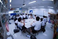 小组亚裔小学生得知电在教室 免版税库存图片