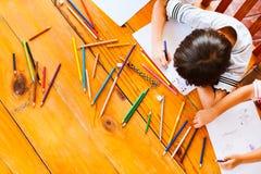 小组亚裔的孩子顶视图绘画和 免版税库存照片