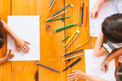 小组亚裔的孩子顶视图绘画和 免版税库存图片