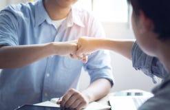 小组人拳打在办公室,配合概念 免版税库存照片