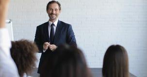 小组介绍的商人在听成功的商人训练研讨会的会场 股票录像