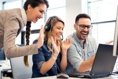 小组以一团队工作在办公室的商人和软件开发商 免版税库存图片