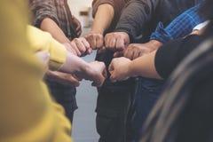 小组企业队工作与力量一起加入他们的手和成功 免版税库存图片