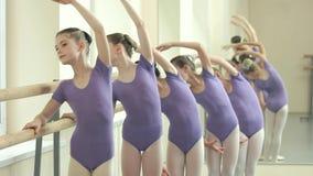 小组优美的芭蕾舞女演员有实践在类 影视素材