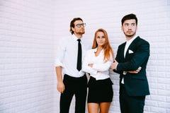 小组做聪明的姿态的商人 事务和Teamw 免版税库存照片