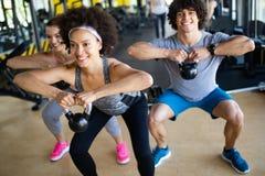 小组健身房训练的嬉戏人 免版税库存图片